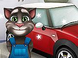 Том ремонтирует автомобиль