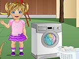Малышка Эмма стирает