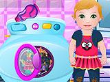 Малышка Джульетта стирает одежду