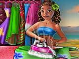 Экзотическая девушка стирает одежду