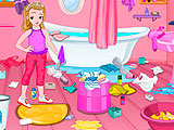 Маленькая девочка убирает в ванной комнате